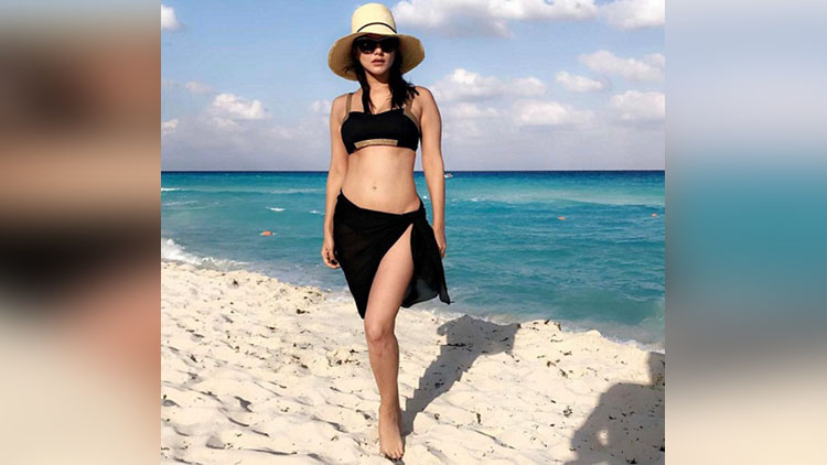 Sunny Leone Hot Bikini Vacation In Mexico Beach