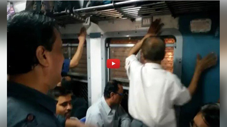 Passengers Singing In Mumbai Local Train