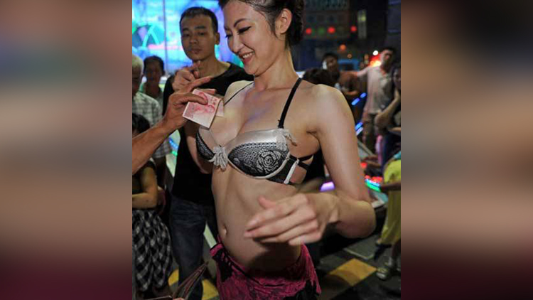 taiwan dancers having tip in weird way