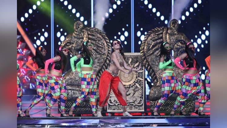 nora fatehi performed in mumbai umang festival