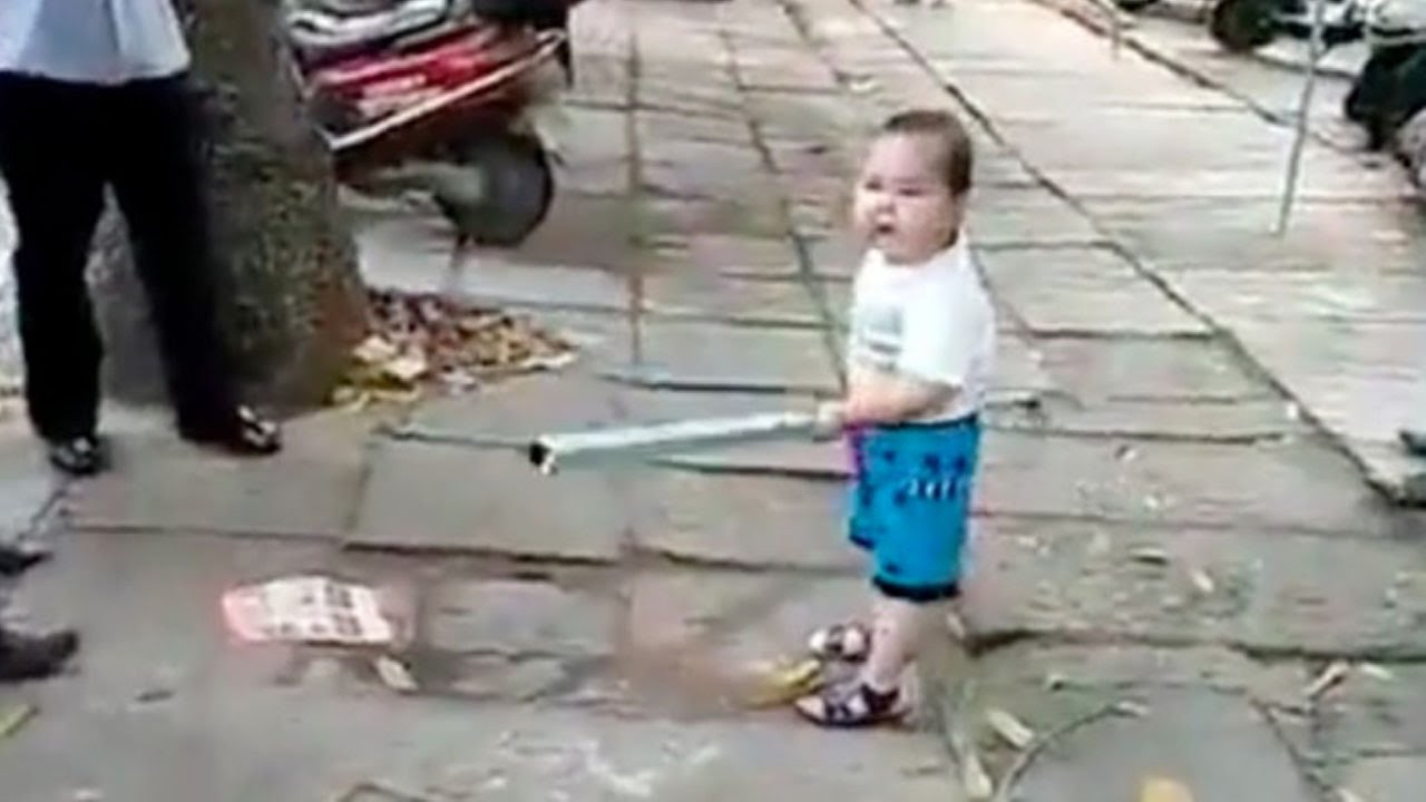 A child picked up steel pipe to defend his grandma