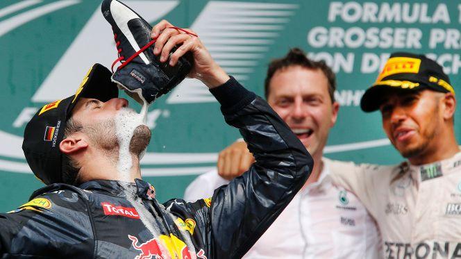 daniel ricciardo drink champagne from his shoe