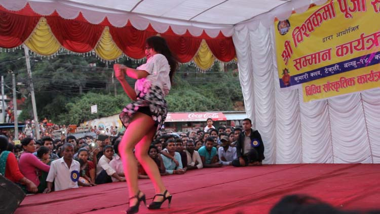 Nepali girl Dance on chittiyaan Kalaiyaa song
