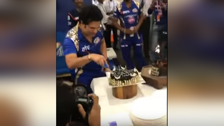 sachin tendulkar celebrates his birthday with mumbai indians