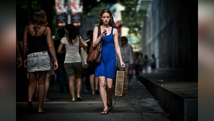 beautiful photos of girls on streets