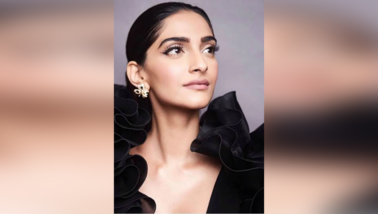 sonam kapoor side boob caught on camera in music launch event
