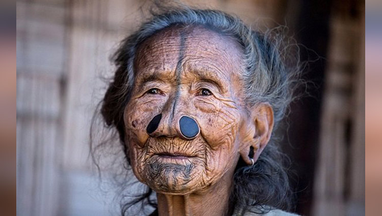 Indian tribe where the woman must have nose plugs fitted