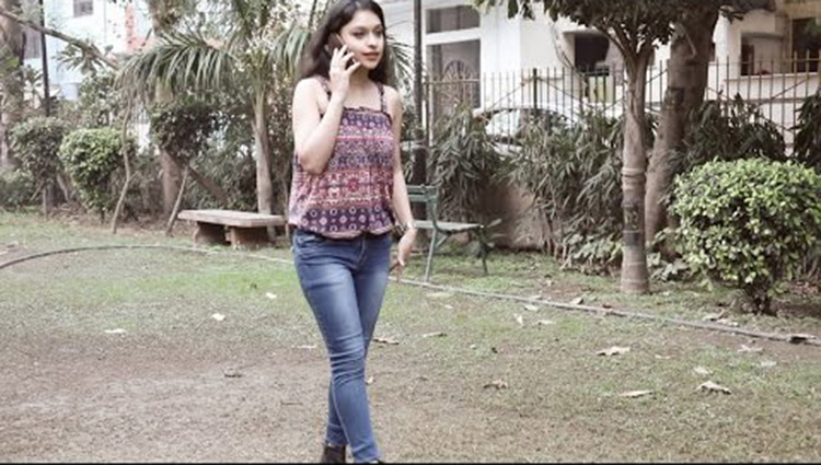 girls walking wearing sleeveless top and jeans video