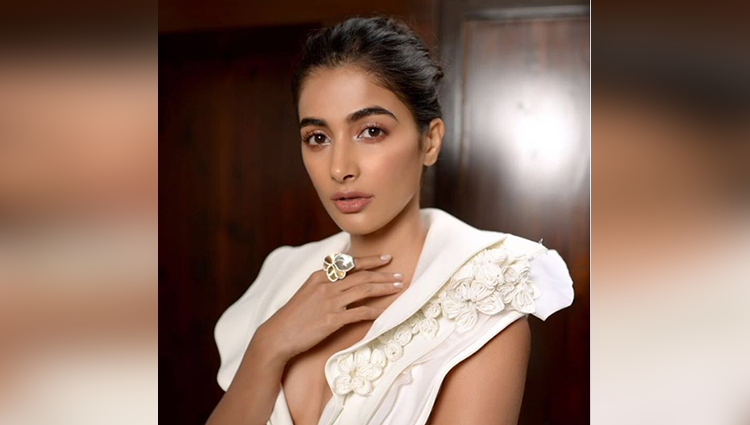 see the latest smoking hot pictures of pooja hegde