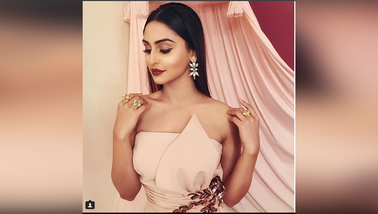 Krystle D'souza share her Christmas collection