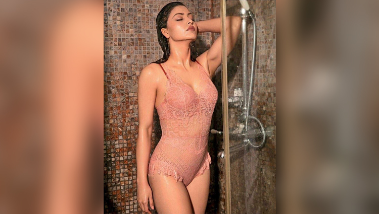urvashi rautela,hot and bold actress sexy and bold urvashi rautela bollywood bikini actress