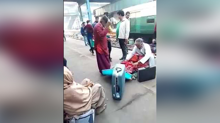 Swami Om like beggar at delhi railway station