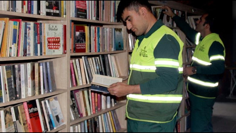 Turkish Garbage Collectors Open Library with Books Abandoned as Trash