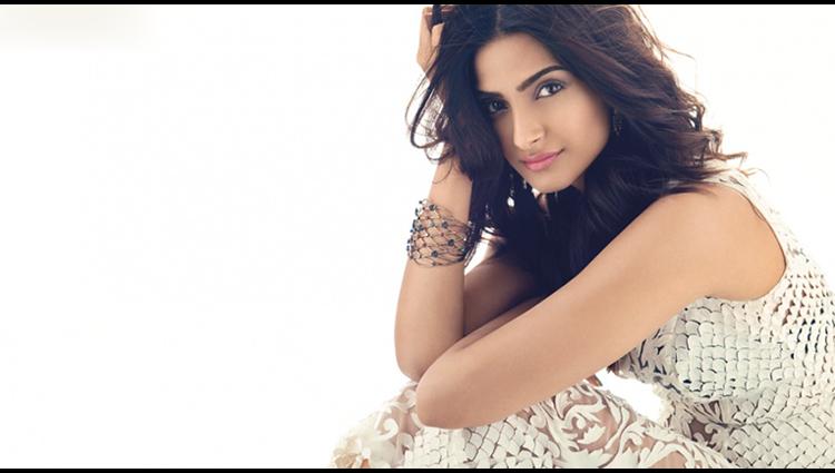 bollywood fashion diva Sonam Kapoor share her sexy photos