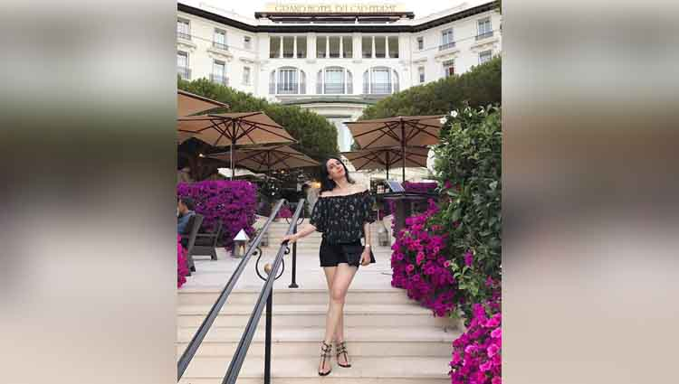 karishma kapoor enjoying vacation in france