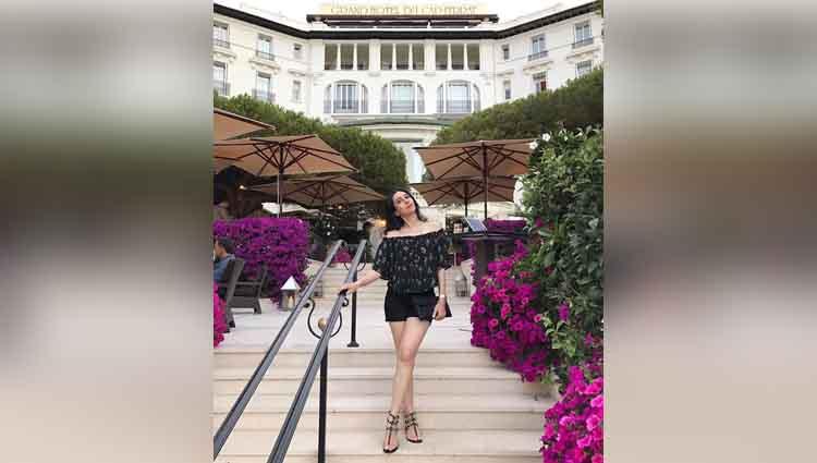 karishma kapoor enjoying vacation in france