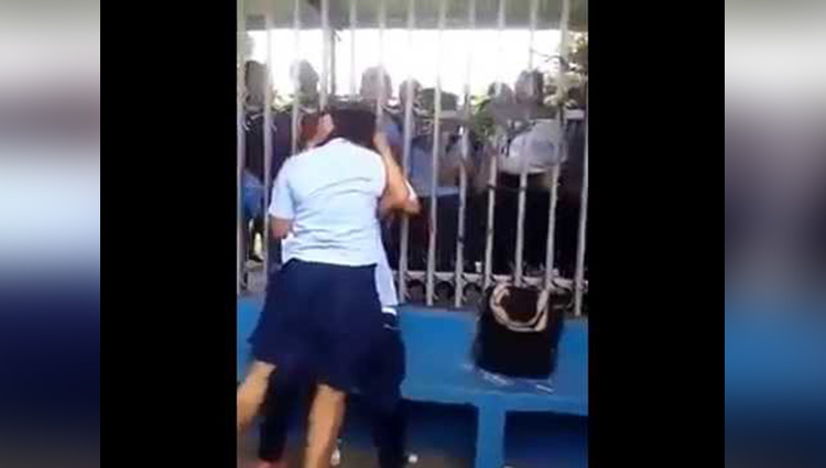 school girls fight on street
