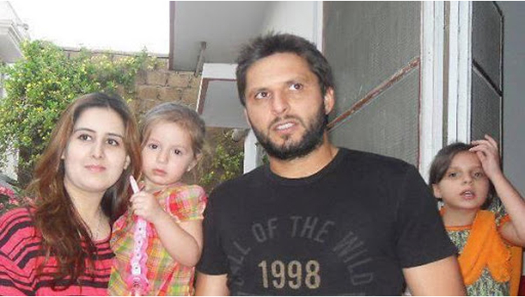 5 Famous Personalities Of Pakistan Who Married Their Own Sisters