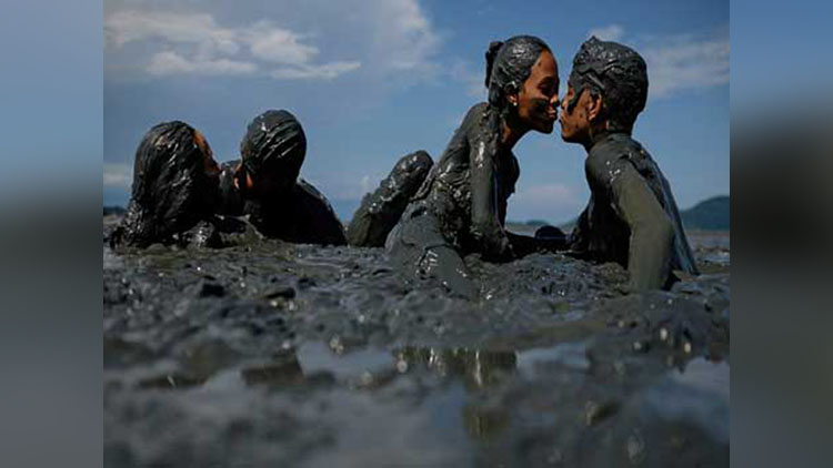 Mud Fest In Brazil Becomes The New Place To Romance