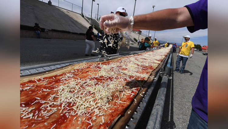 More Than 100 Chefs Cook A 2 KM Long Pizza Create A New Guinness Record In The US