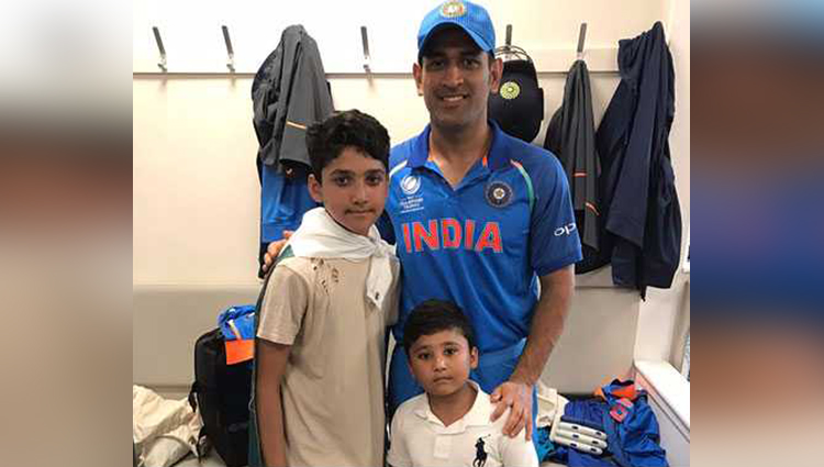 virat kohli ms dhoni yuvraj singh win hearts pose with pakistans azhar alis sons