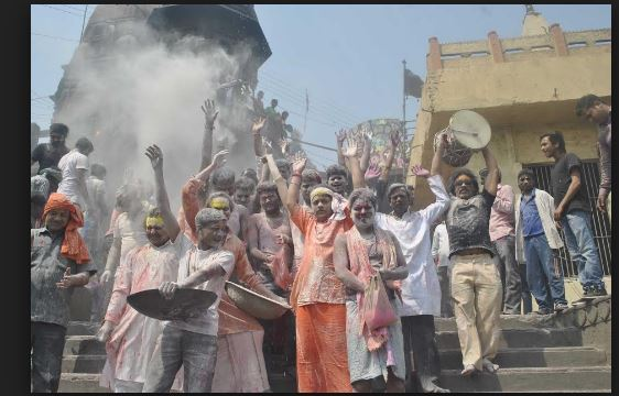 Playing holi in Kashi Vishwanath temple by the devotee varanasi