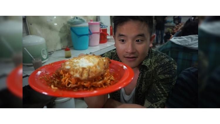 man goes temporarily deaf after eating worlds spiciest noodles