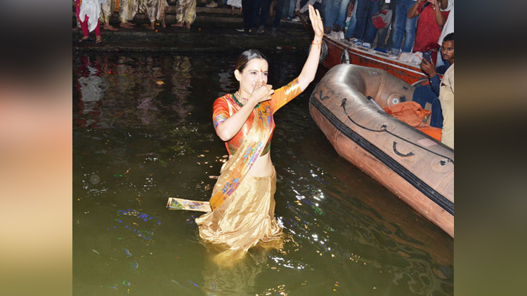 kangana ranaut take bath in ganga river