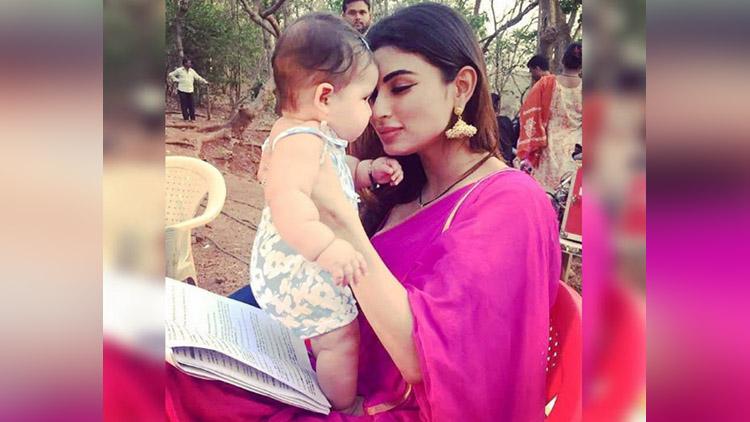 Naagin 2 starcast enjoying with Karanvir Bohra twin baby girls