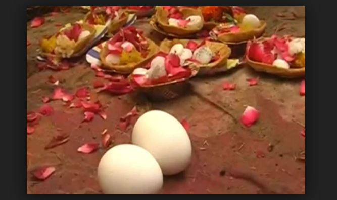 Mothers offer eggs to this temple for sons long life