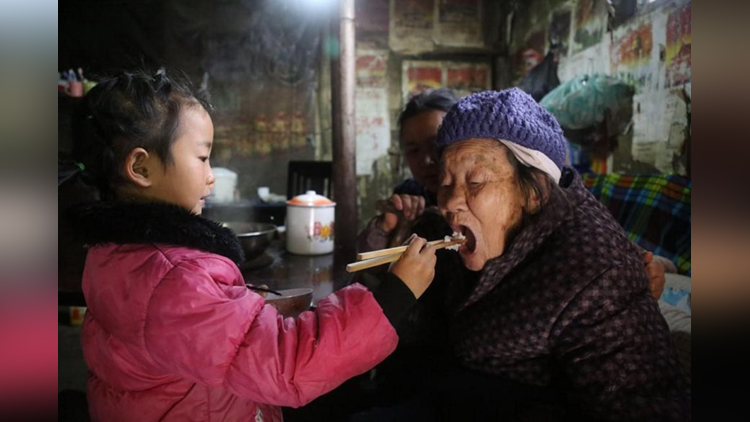 5 year old girl takes care of grandparents in china