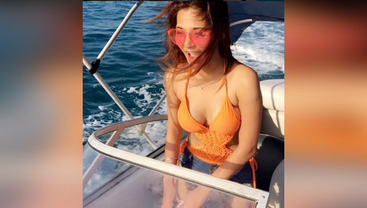 sara khan hot photo of instagram