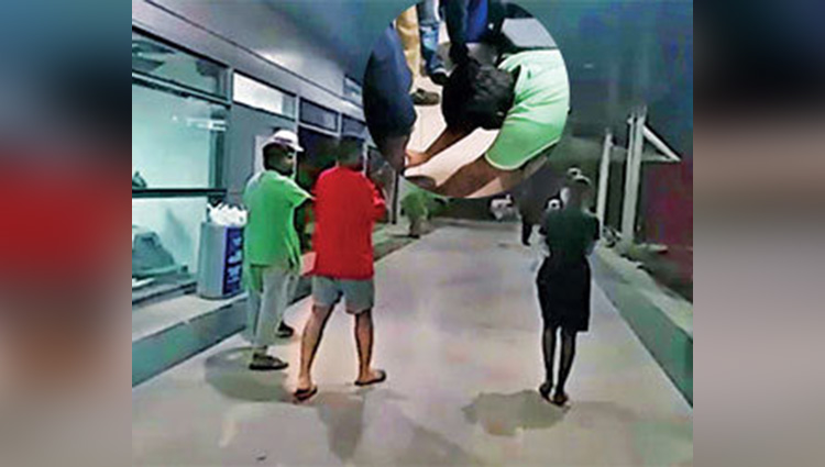 Caught Misbehaving Drunk Duo Made to Touch IndiGo Staffers Feet CNN News18