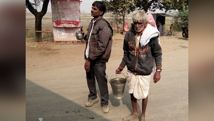68 year old man in mp is offering water to travelers to fulfill his friend wish