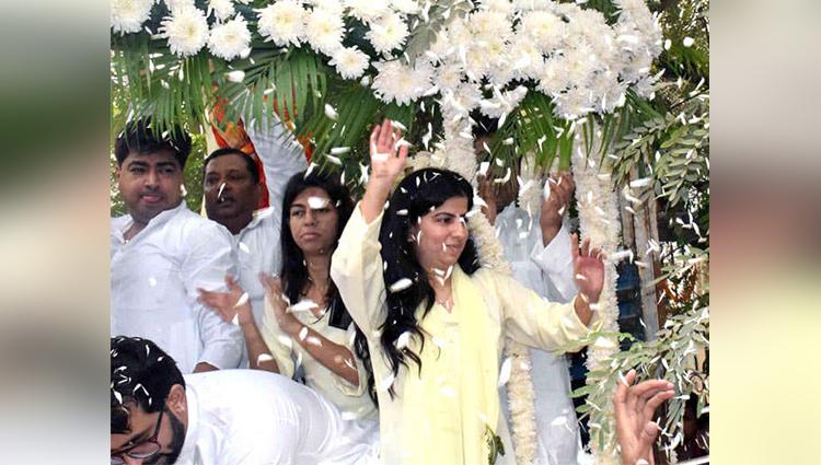 daughters celebrate father death in noida