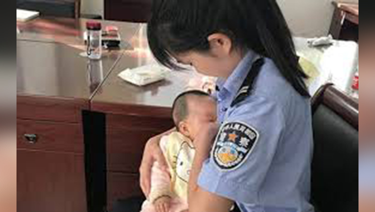 Policewoman breastfeeds suspect's hungry baby outside the courtroom
