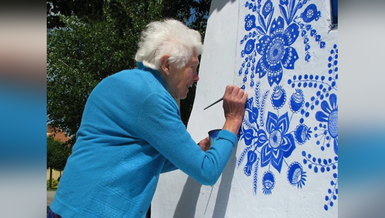 90 year old grandma spends her days painting the houses in her village