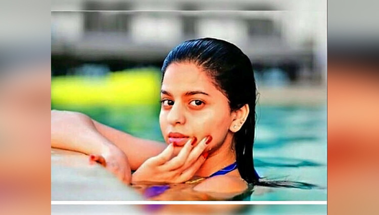Shahrukh Khans Daughter Suhana Is Posing In Swimming Pool