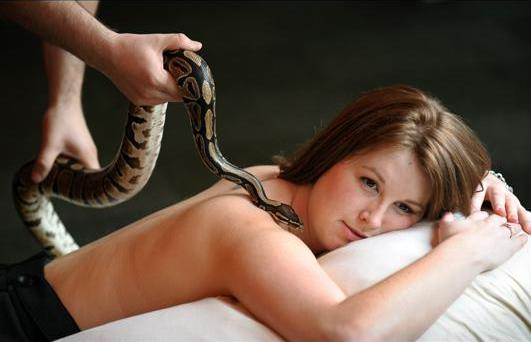 People make the place of the snake and Python massage