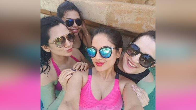puja banerjee & her bestie akanksha chamola hot bikini look