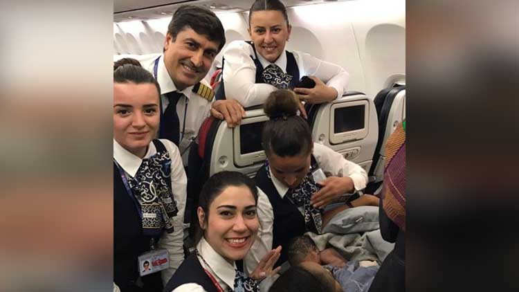 women delivery in airplane