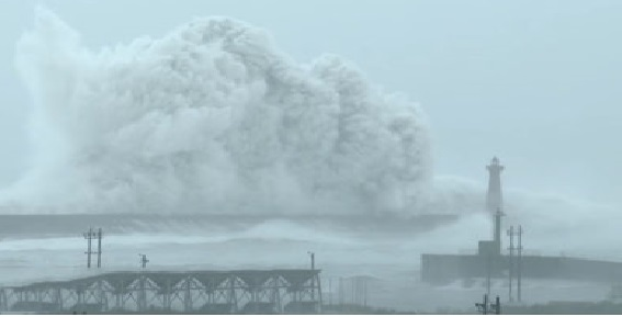 stormy waves which blew everyone-video viral