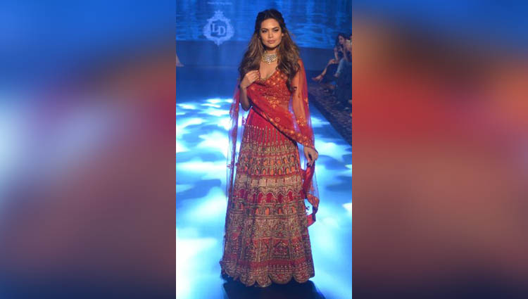 Esha Gupta walks the ramp for Tech Fashion Tour Season 3